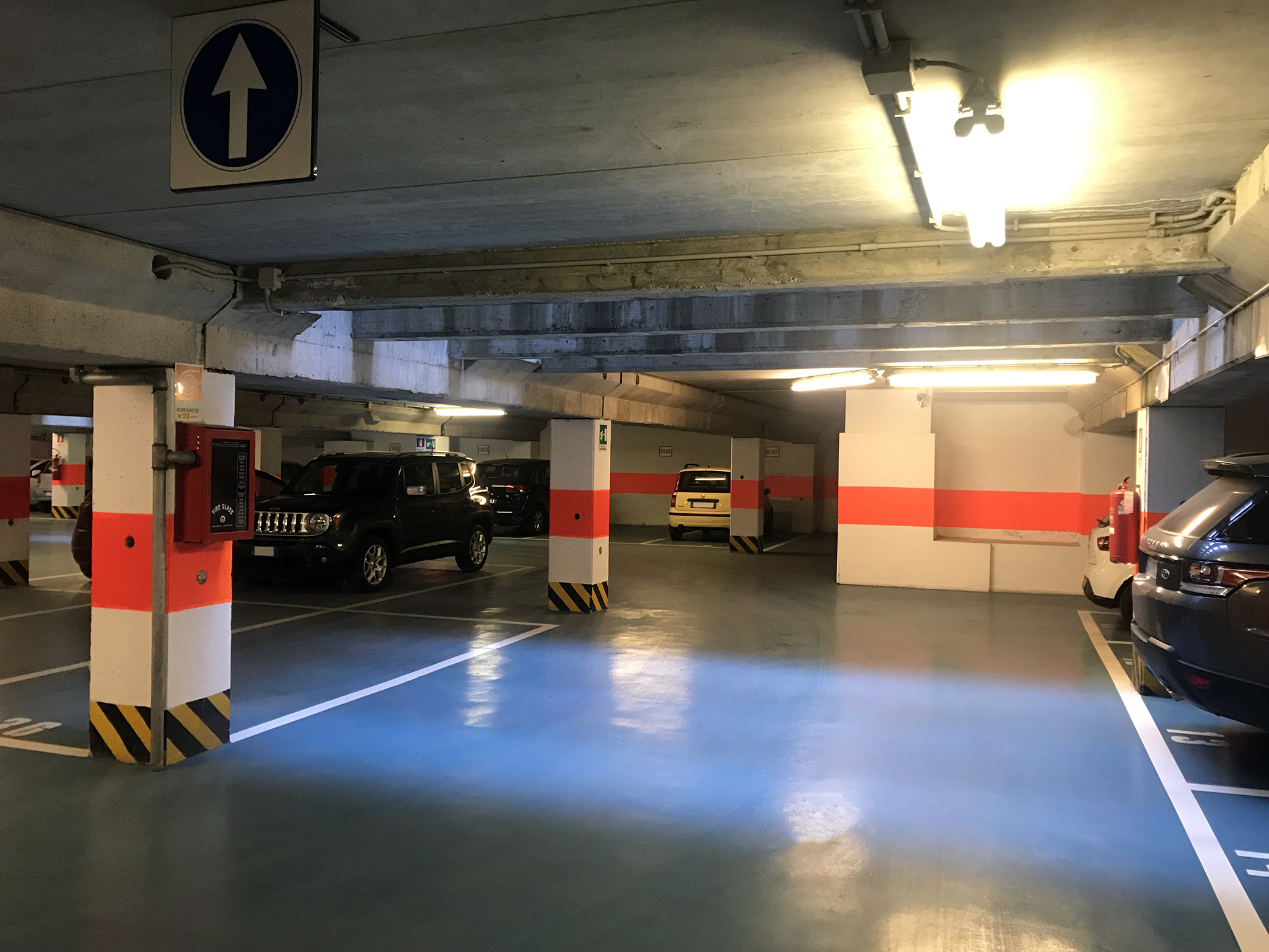 Indoor parking lots to rent in the garage at the first basement floor.