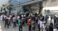 Raduno all'ingresso dopo l'evacuazione dell'edificio