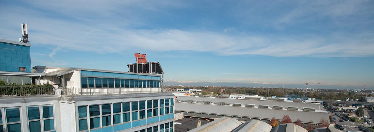 Antenna INWIT per la telefonia mobile sul tetto di Atlantic Business Center